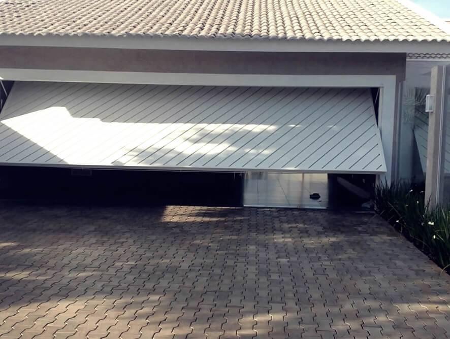 Porta Basculante - Rocha Esquadrias - Esquadrias de Aluminio e Vidros Temperados em Curitiba - Esquadrias de Alumínio em Curitiba